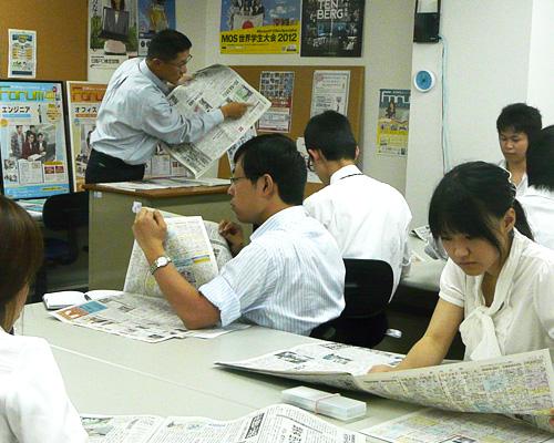 新潟日報社様の新聞紙面の解説講座の様子