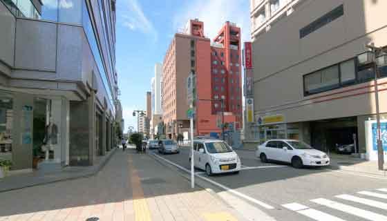 新潟駅万代口を出てすぐ左の道をまっすぐです。