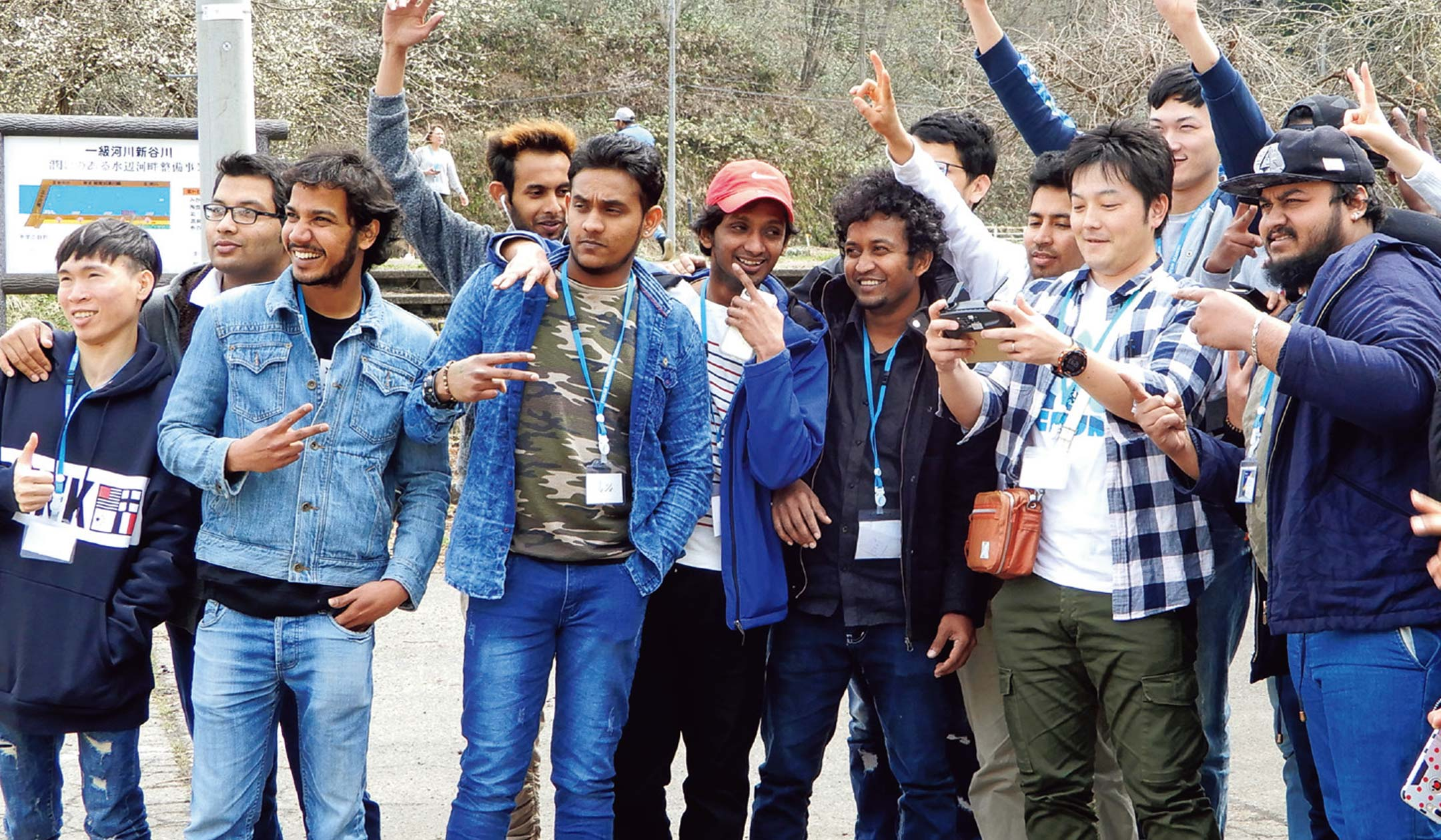 多国籍の学生と記念撮影
