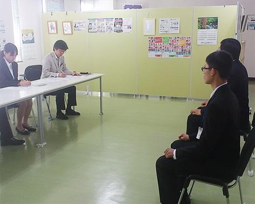就職試験対策での面接指導の様子